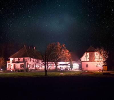 Das Hofgut Lilienhof bei Nacht