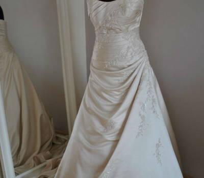 Beispiel: Brautmode, Foto: Traumkleidverleih.