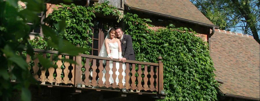 maris sur balcon du moulin - Moulin De Fourges Mariage