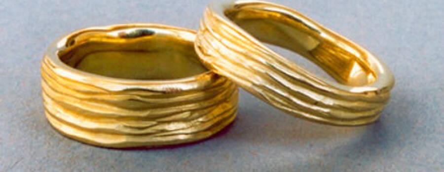 Beispiel: Goldener Trauring mit Kerben, Foto: Goldschmiedepunkt.