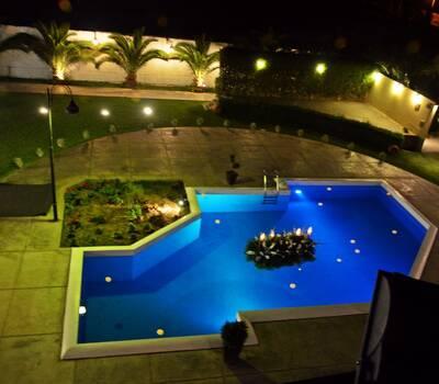 La piscina forma parte de la ecenografia del local con iluminación y decoracion que le dan una imagen acogedora.