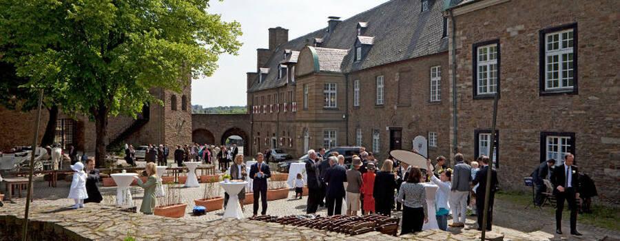 Beispiel: Hochzeitsgesellschaft im Innenhof, Foto: Schloss Broich.