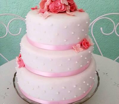 Beispiel: Hochzeitstorte mit Perlen und Blumen versehen, Foto: Dessertfee cake design & more.