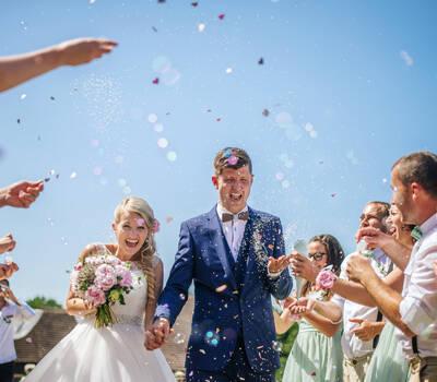 Unsere Holzfliege Virilem im Einsatz einer wunderschönen bunten Hochzeit
