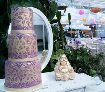Tarta decorada en oro y morado