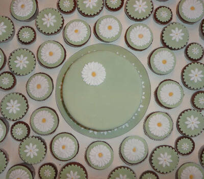 Beispiel: Eine tolle Kombination - Torte und Cupcakes, Foto: Cupn'Keks.