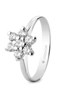 Anillo de compromiso de oro blanco 18k con 7 diamantes en forma de flor.
