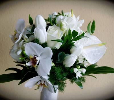 Ramo de novia variado. Con orquideas, tulipanes y anthuriuns en tonos blancos.