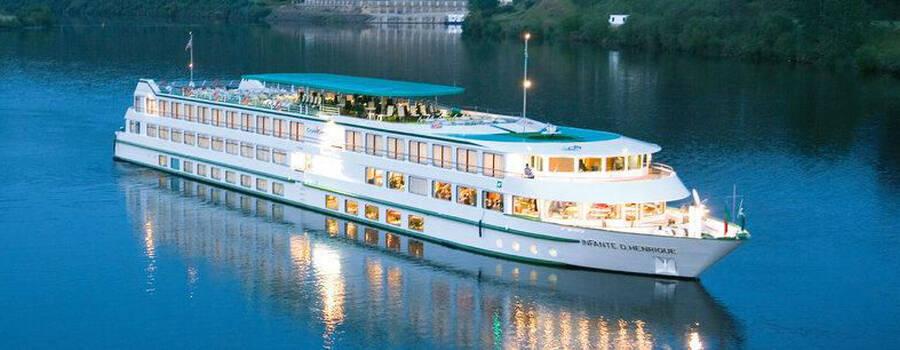 Beispiel: Kreuzfahrtschiff bei Nacht, Foto: 1A Vista Reisen.