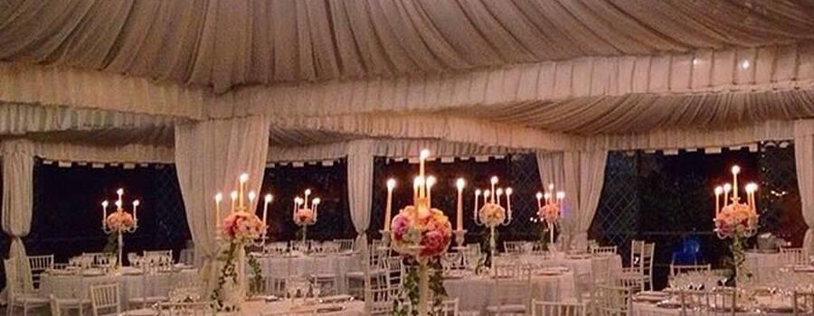 Mise en place in stile inglese con centrotavola floreale ,composto da rose ed edera