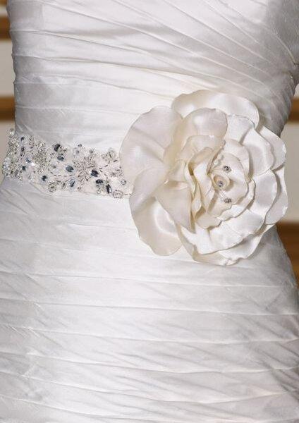 Cinto para complementar o vestido da noiva. Foto: www.morilee.com
