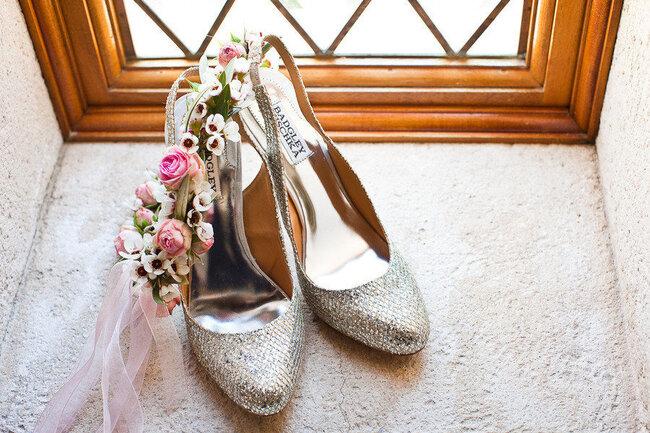 Zapatos para novia de Badgley Mischka en color plateado con punta - Kate Webber Photography