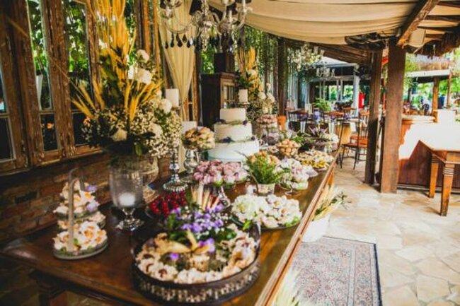 Tarta y dulces con decoración alegre de flores.