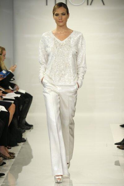 Conjunto de pantalones en color blanco con jersey cubierto de apliques para novia - Foto Theia