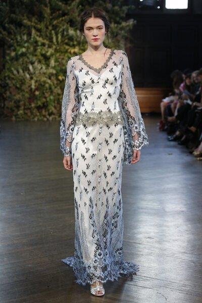 Vestido de novia bohemio con bordados metalizados, mangas largas y aplicaciones de flores - Foto Claire Pettibone