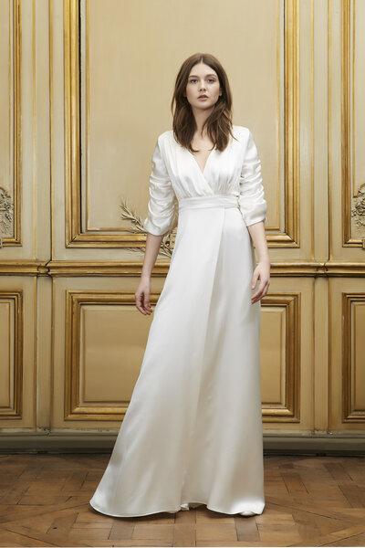 Vestido com decote império, mangas a três quartos e corpo com decote em V.