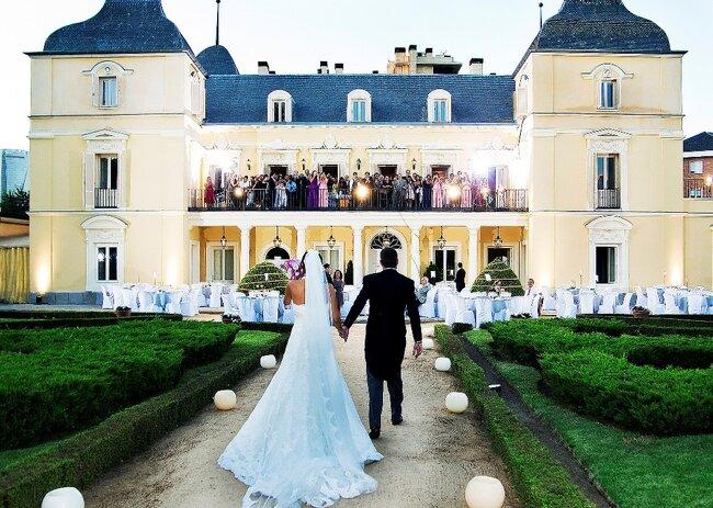 Ambiente del ricevimento di nozze decorato con candele rotonde