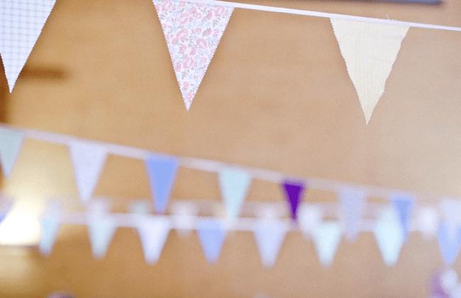 Decoración de boda con tira de banderines en el salón de boda