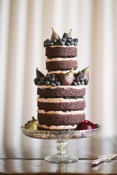 Vielschichtiger Naked Cake mit leckerem Dekor. ALLAN ZEPEDA