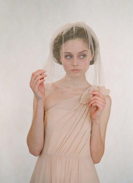 El velo puede llevarse en otros tonos, este vestido  nude combina a la perfección.