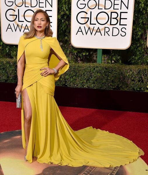 Jennifer Lopez com vestido de Giambattista Valli.