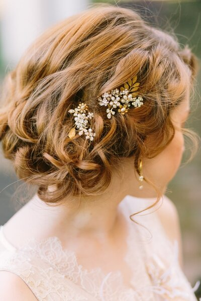 Recogido bajo con detalles florales en dorado y diamantes.