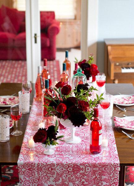 Camino de mesa con estampado colorido en color carmesí - Erica Ann Photography