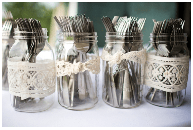 Hochzeitsdeko mit Gläsern und Vasen. Foto: Katelyn James