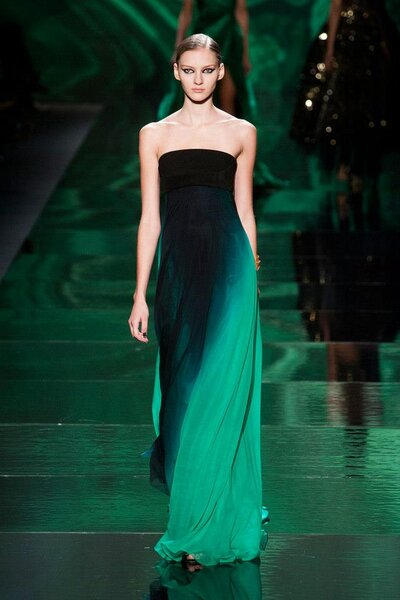 Vestido de fiesta con tendencia ombré en la gama de colores verdes, escote strapless y caída elegante