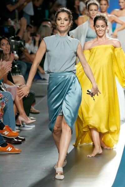 Conjunto de falda brillante y camisa mate en diversos tonos de azul.