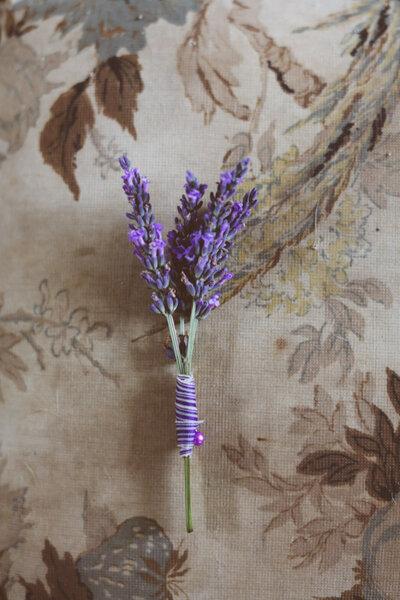 Apuesta por incluir ramitas de lavanda para un boutonniere de tintes rústicos - Foto Purple Tree Photography