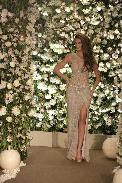 Laura Spoya exhibe un modelo exclusivo de la diseñadora Norka.
