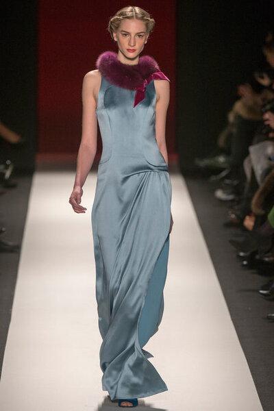 Vestido de fiesta largo en color azul cielo con acabado en satén, sin mangas y cuello cerrado