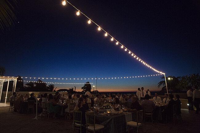 Foquitos de luz para iluminar una boda súper romántica de noche - Foto: Alixann Loosle