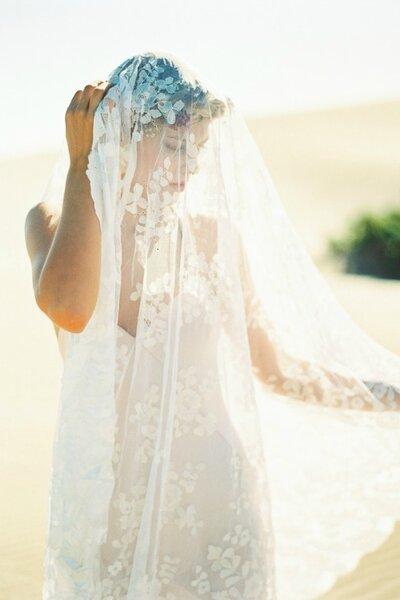 Velo largo de encaje con corona de trenzas y flores naturales. Foto: Joaquín Tocornal