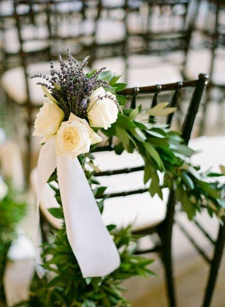 Decoración con flores del respaldo de las sillas en tu boda