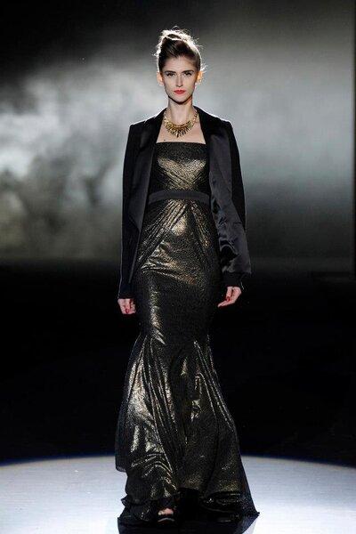 Vestido de fiesta en color metálico con escote tradicional strapless, cinturón en color negro y saco a juego
