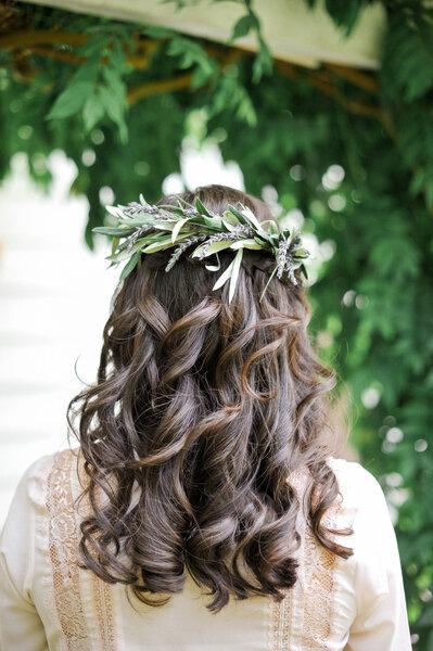 Una corona con ramas de olivo con unos rizos muy definidos.