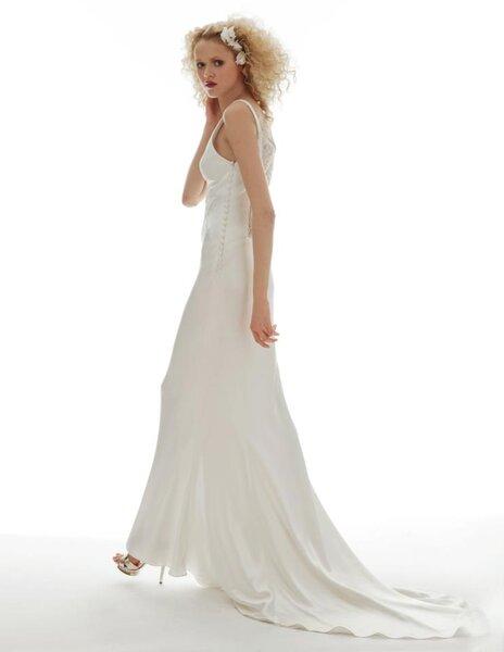 Vestido de novia largo vintage en color blanco con corte simple y cauda