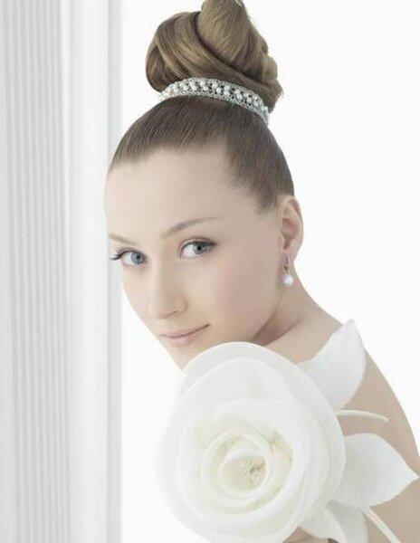 Aretes con perlas para novia. Foto: Rosa Clará