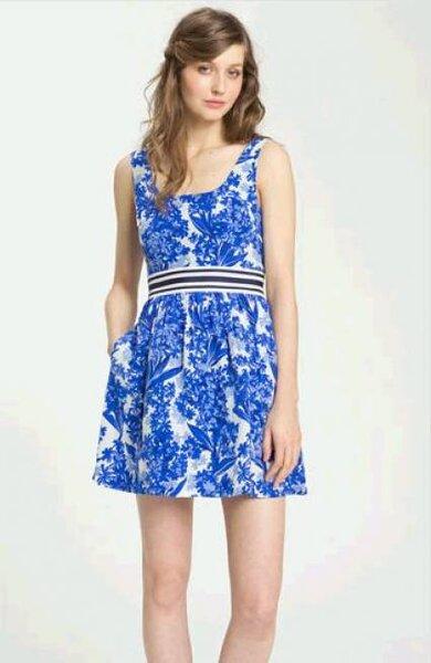 Vestido curto e florido para madrinhas, de Juicy Couture. Foto: Nordstrom