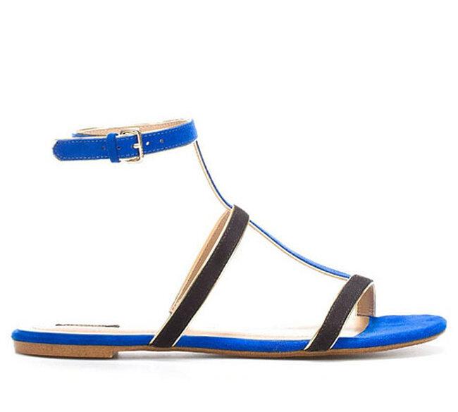 Sandalias de color azul neón para la novia de playa