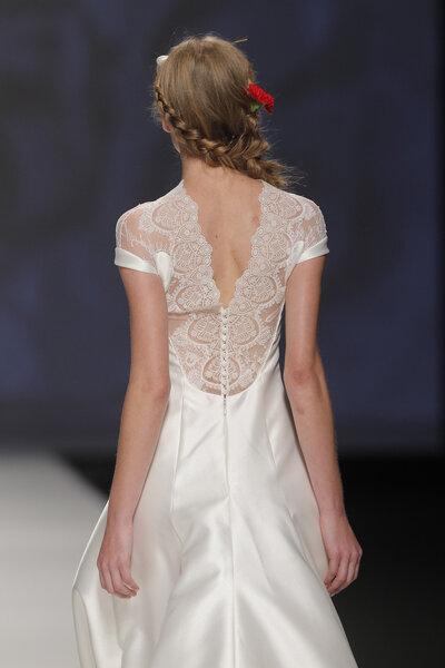 Wycięcie w kształcie litery V w sukni ślubnej, Foto: Victorio&Lucchino 2015