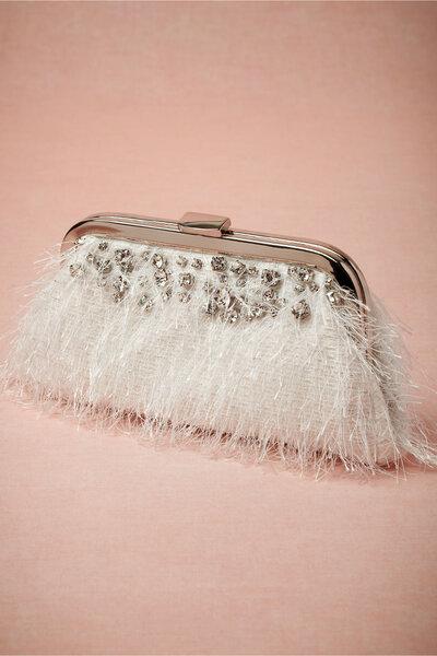 Clutch para novia con incrustaciones de pedrería y detalles de flequillos para una novia moderna