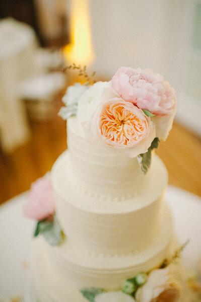 En vez de un cake topper, unas buenas flores quedarán perfectas.