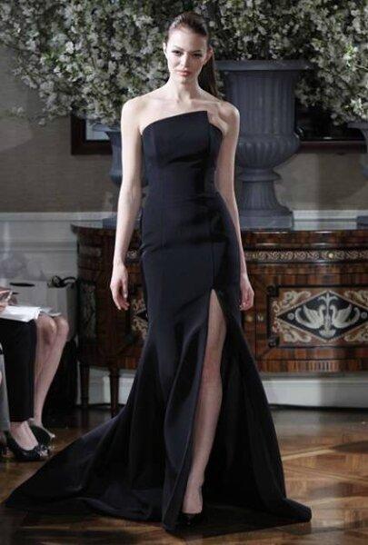 Vestido de novia negro de Romona Keveza 2013: la espectacular abertura en la falda dan un toque muy atrevido a este espectacular diseño. Foto: Romona Keveza.