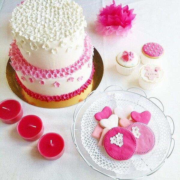 Bolinhos à medida com um estilo muito romântico em tons de rosa!