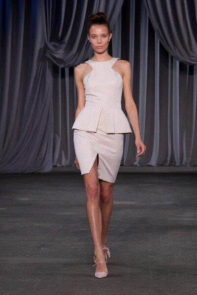 Conjunto de falda y blusa con peplum y corte asimétrico