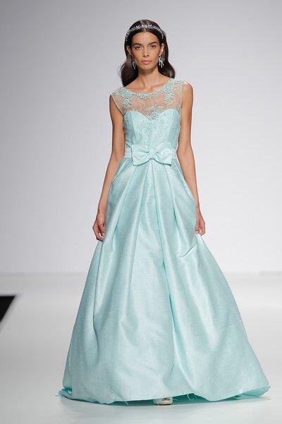 Vestido de novia en color azul con lazo en la cintura de Ana Torres.