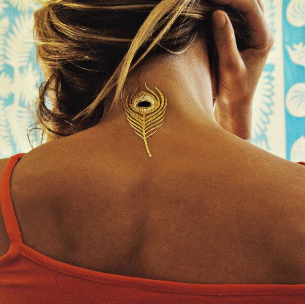 Tattoo piuma di pavone perfetta per il collo